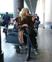 fotos-no-aeroporto-postura-feminina15